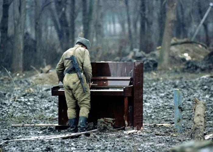 جندي-روسي-يعزف-على-بيانو-مهجور-في-الشيشان1.jpg