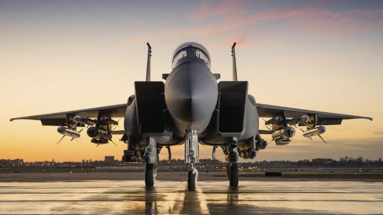 قطر-تسلح-مقاتلاتها-F-15QA-بصاروخ-هاربون-بلوك-2-المضاد-للسفن.jpg