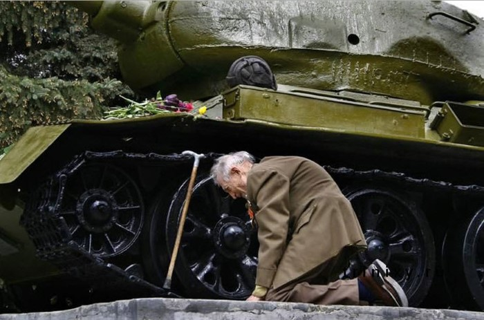 محارب-روسي-قدسم-يجد-دبابته1.jpg