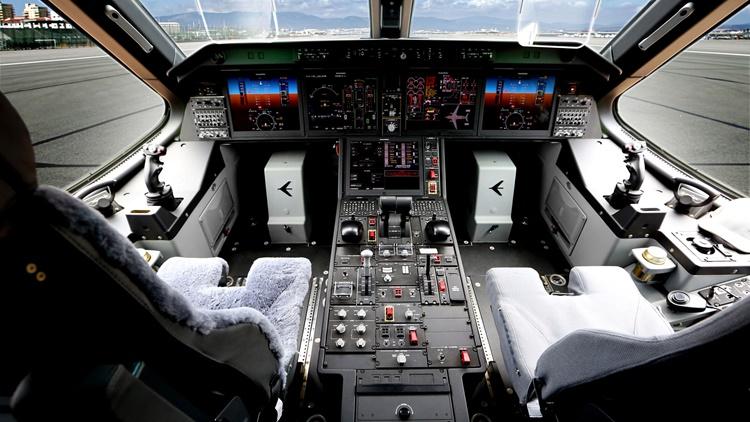 04-KC390-cockpit.jpg
