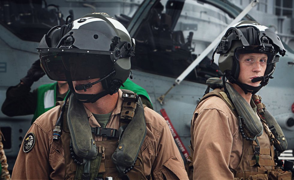 1024px-AH-1Z_pilots_with_helmet_mounted_displays.jpg