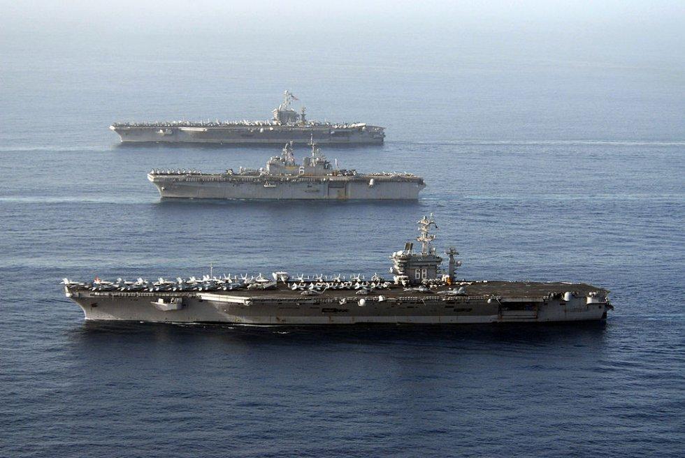 1024px-US_Navy_070522-N-8157C-240_(from_foreground)_USS_Nimitz_(CVN_68),_USS_Bonhomme_Richard_...jpg