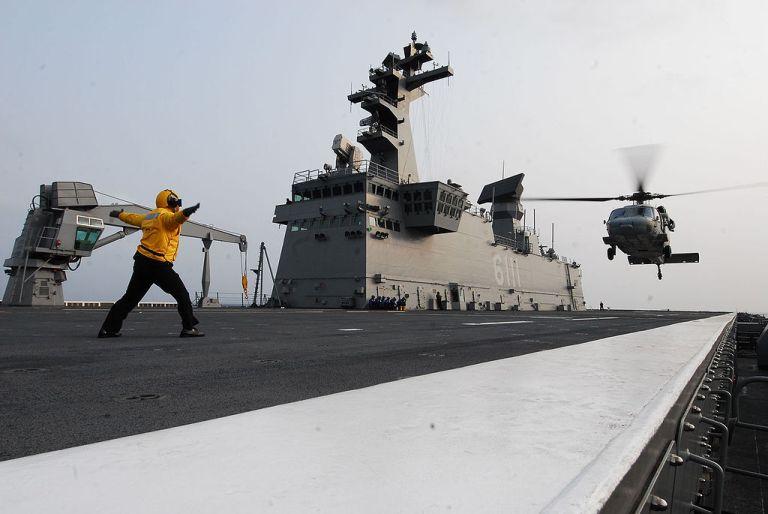 1024px-usn_mh-60s_is_landing_on_the_flight_deck_of_the_roks_dokdo_lph_6111.jpg