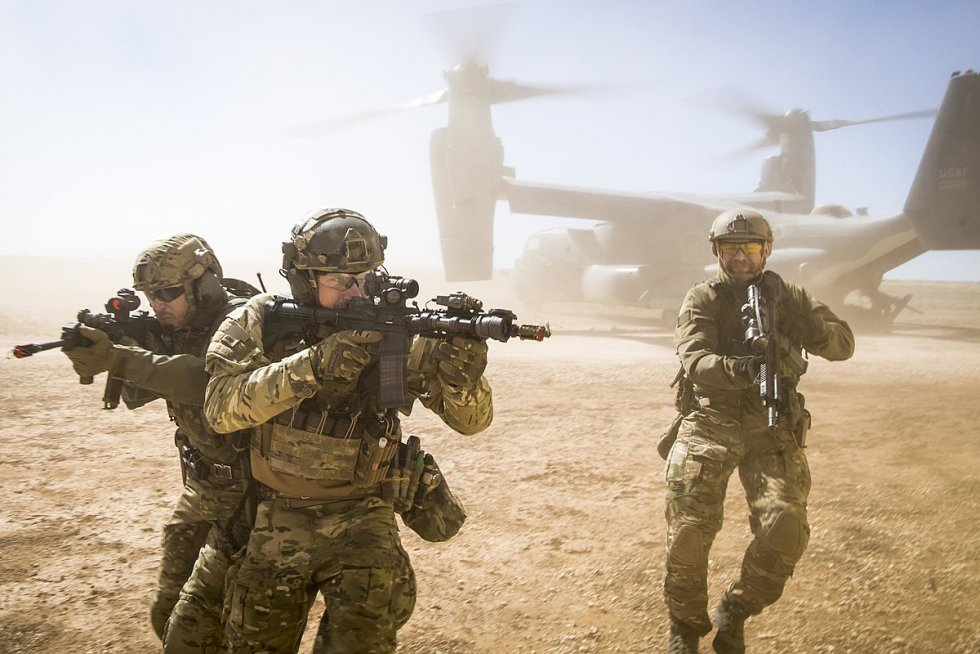 1200px-A_joint_special_forces_team_moves_together_out_of_an_Air_Force_CV-22_Osprey_aircraft,_F...jpg