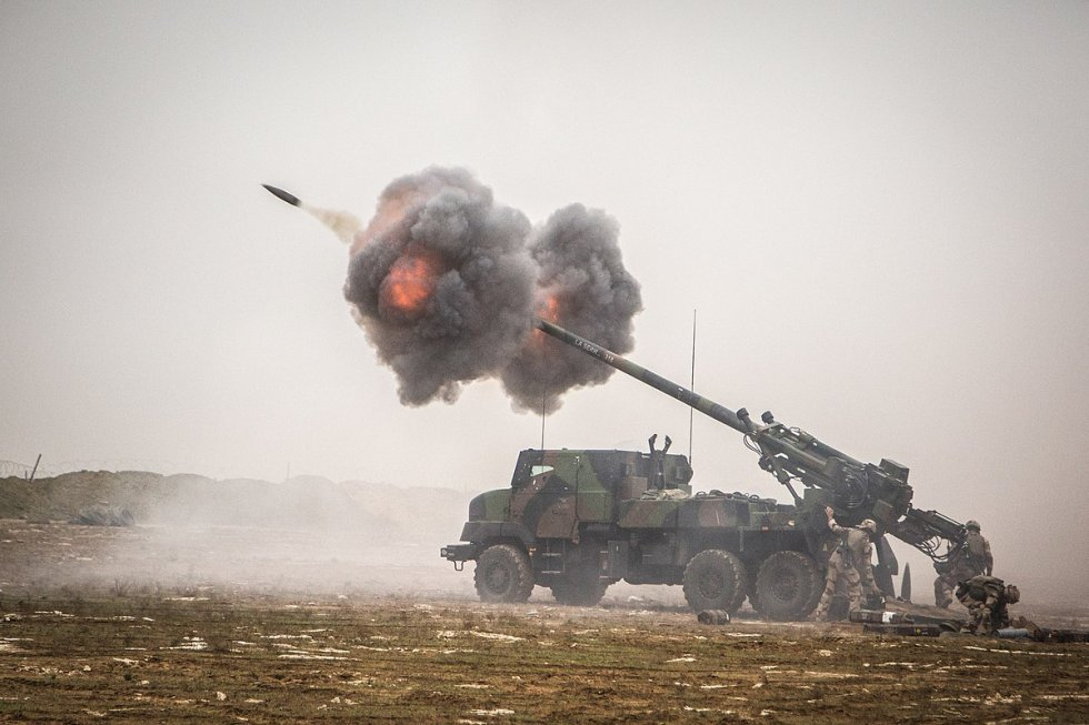 1200px-French_Caesar_self-propelled_howitzer_in_Iraq.jpg