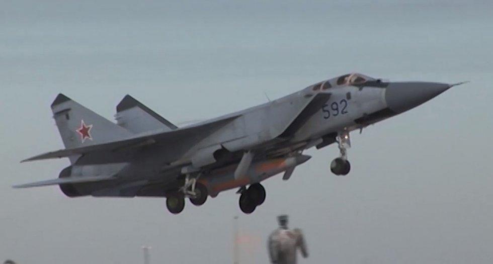 1280px-МиГ-31_с_гиперзвуковой_ракетой_«Кинжал».jpg