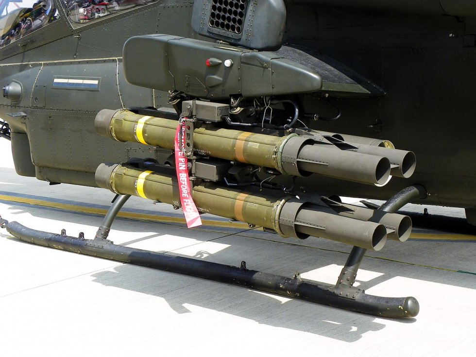 1280px-One_4-round_XM65_Missile_Launcher_on_Outboard_Hardpoint_of_ROCA_AH-1W_20110813.jpg