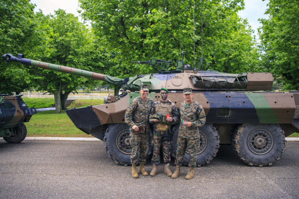 2d-mardiv-cg-visits-french-forces-4.jpg