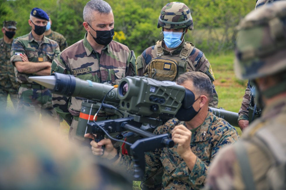 2d-mardiv-cg-visits-french-forces.jpg