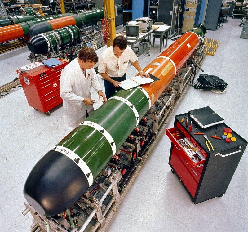 800px-Mk_48_torpedo_maintenance_1982.jpg
