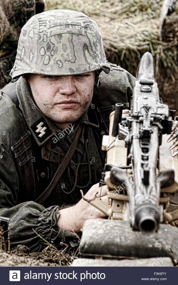 a-re-enactor-dressed-as-a-german-ww2-solider-with-a-mg42-machinegun-F3K6TY.jpg