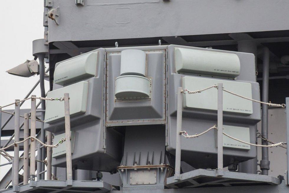 AN-SLQ-32_Electronic_Warfare_Suite_on_USS_CG-70_Lake_Erie_at_Osaka_2014_April_13.jpg