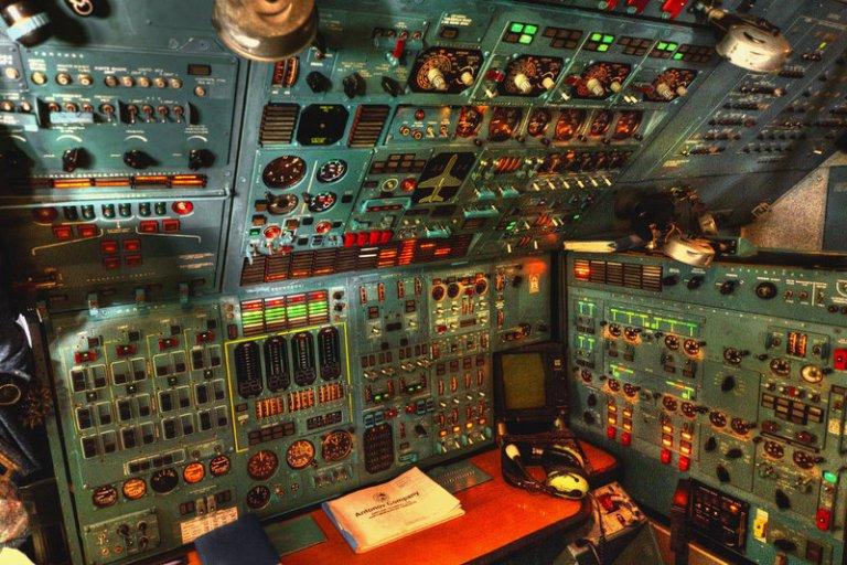antonov_124_100m_150_cockpit_workstation_by_siulzz-d90fony.jpg