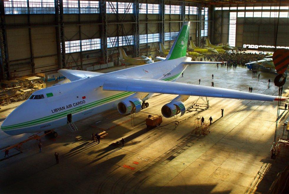 Antonov_An-124-100_Ruslan,_Libyan_Air_Cargo_AN1652010.jpg