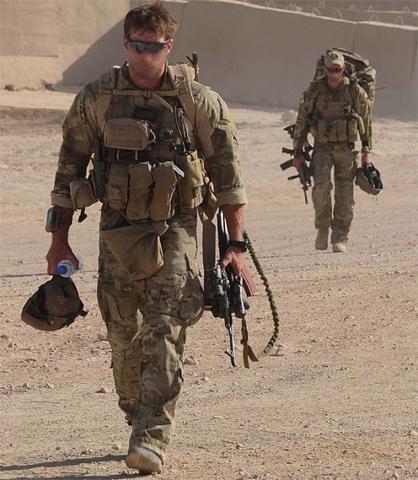 Aussie-carrying-AK471-522x600_large.jpg