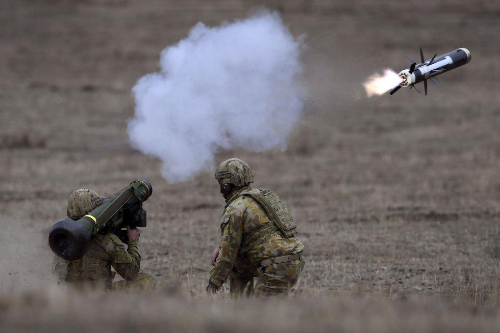 australian-army-soldiers-fire-a-javelin-anti-tank-missile-news-photo-1569525974.jpg