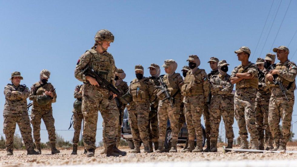 british-army-female-instructor-deliver-military-skills-training-in-jordan-2.jpg