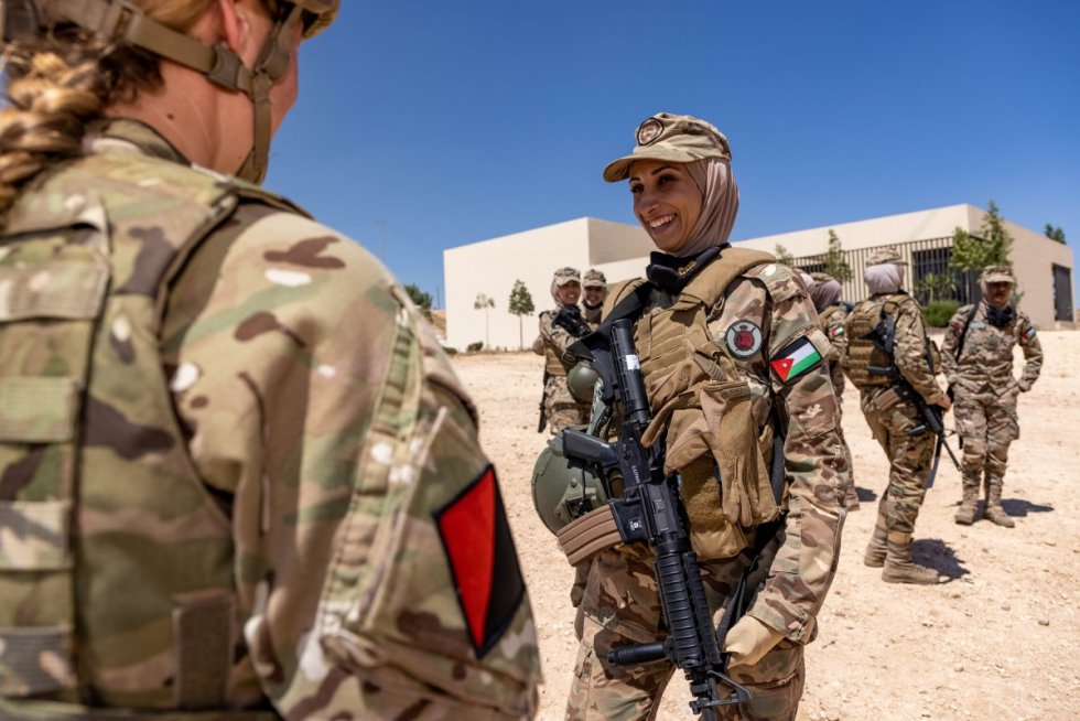 british-army-female-instructor-deliver-military-skills-training-in-jordan-3.jpg