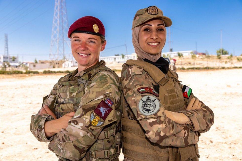 british-army-female-instructor-deliver-military-skills-training-in-jordan.jpg