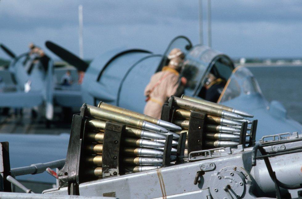 clips-of-ammunition-fill-the-breech-mechanism-of-a-twin-40-mm-bofors-gun-mount-9308cf-1600.jpg