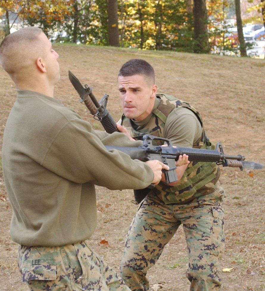 Combat_knife_attached_to_gun.jpg