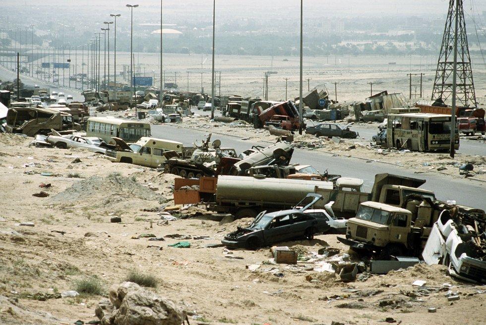 Demolished_vehicles_line_Highway_80_on_18_Apr_1991.jpg