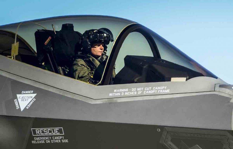 F-35-helmet-in-cockpit.jpg