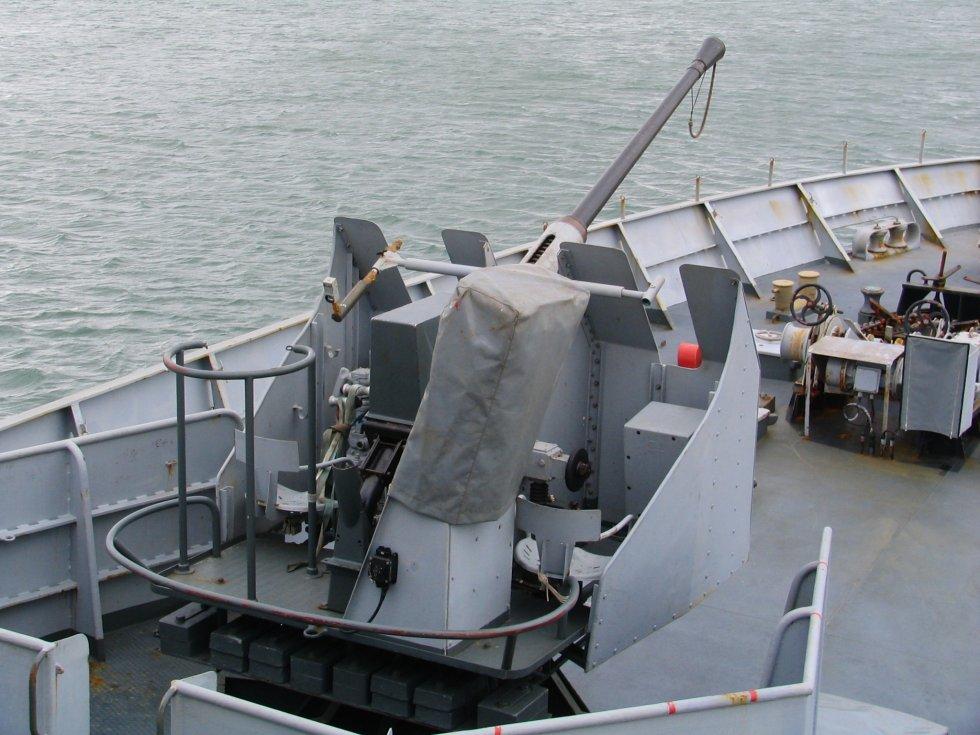 La_Moqueuse_Bofors_40_mm_gun.jpg