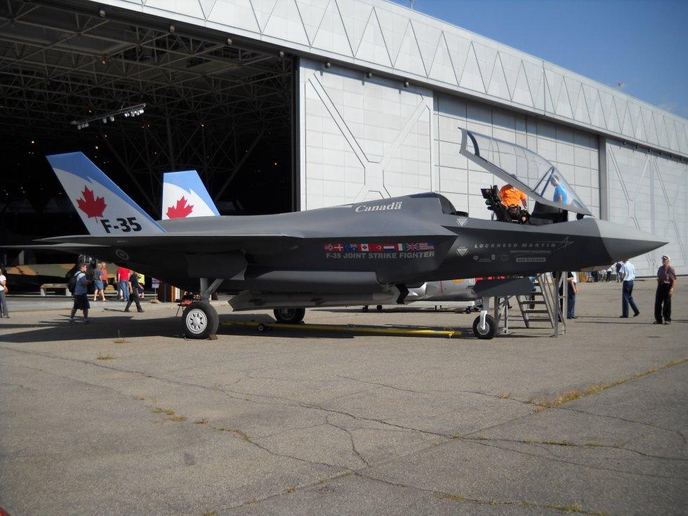 Lockheed_Martin_F-35_Lightning_II_mock-up_04.JPG