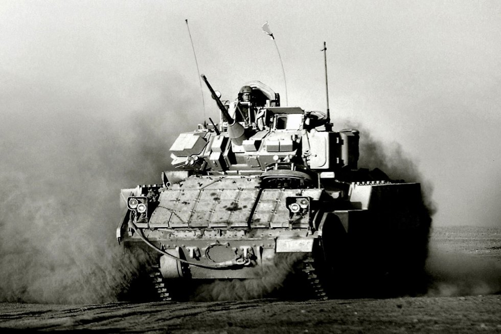 m2-m3-bradley-fighting-vehicle-09.jpg