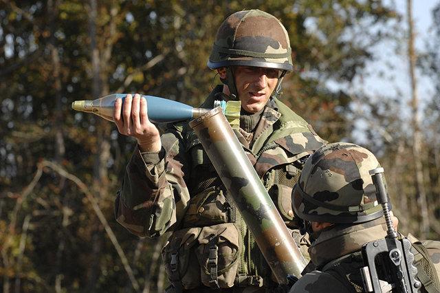mise-en-place-d-un-obus-de-81mm-d-exercice-par-un-fantassin.jpg