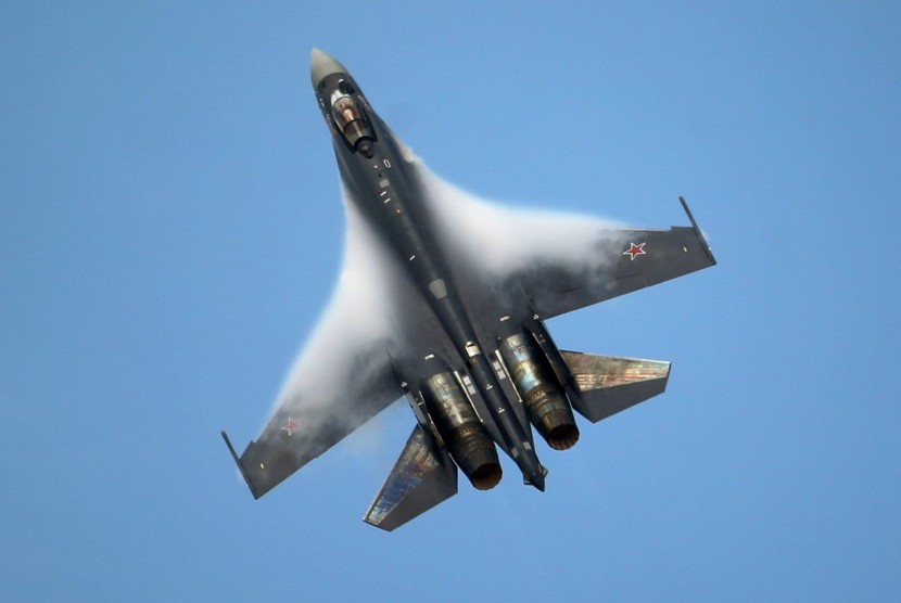 pesawat-sukhoi-su-35-bermanuver-di-langit-rusia-_151202084635-762.jpg