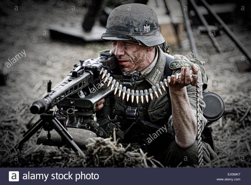 re-enactors-in-german-wehrmacht-military-uniform-with-mg42-EX0MK7.jpg