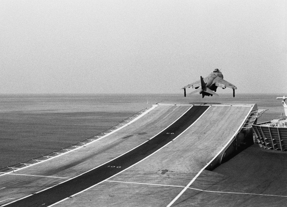 Sea_Harrier_FRS1_800_NAS_taking_off_HMS_Invincible_(R05)_1990.JPEG