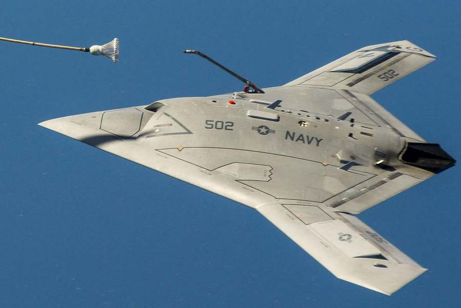 The-unmanned-X-47B-sipping-Gas-from-a-tanker-2.jpg