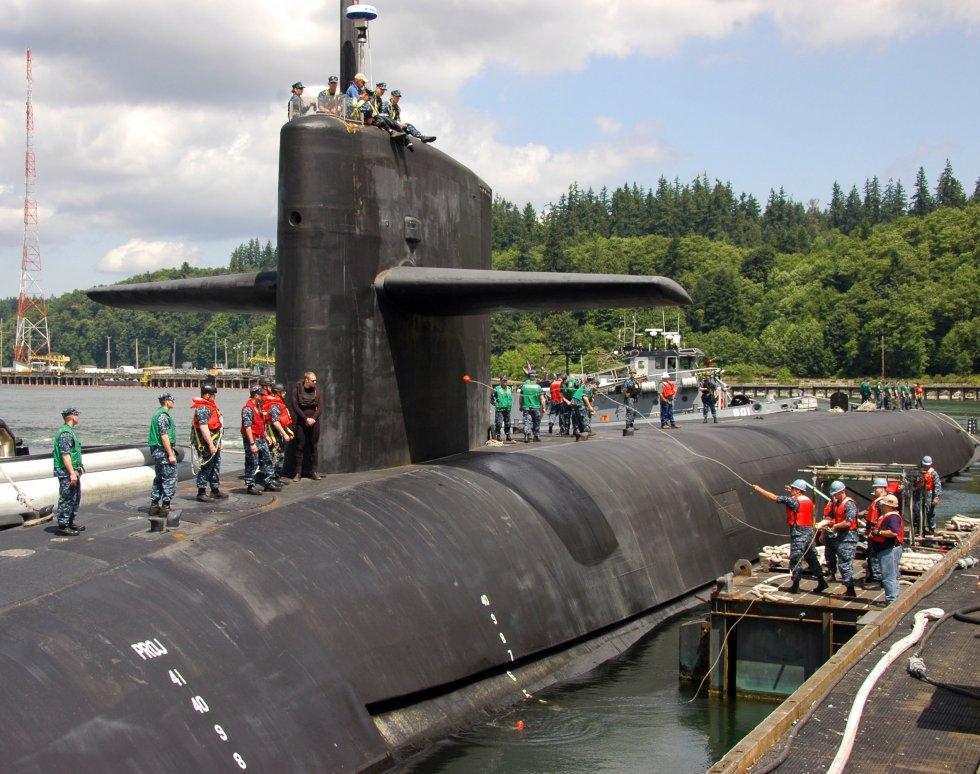 U.S._Sailors_heave_mooring_lines_to_the_ballistic_missile_submarine_USS_Maine_(SSBN_741)_as_it...jpg