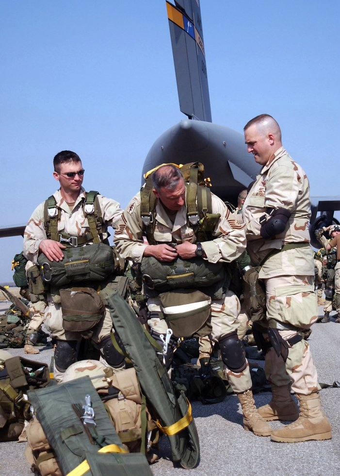 us-air-force-usaf-paratroopers-from-the-86th-expeditionary-contingency-response-83d4f0-1600.jpg