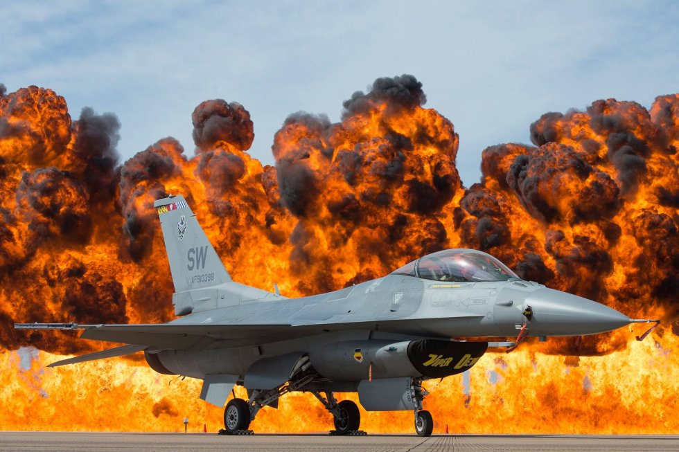 US_Air_Force_F-16_Viper_at_the_Fort_Worth_Airshow,_2017.jpg