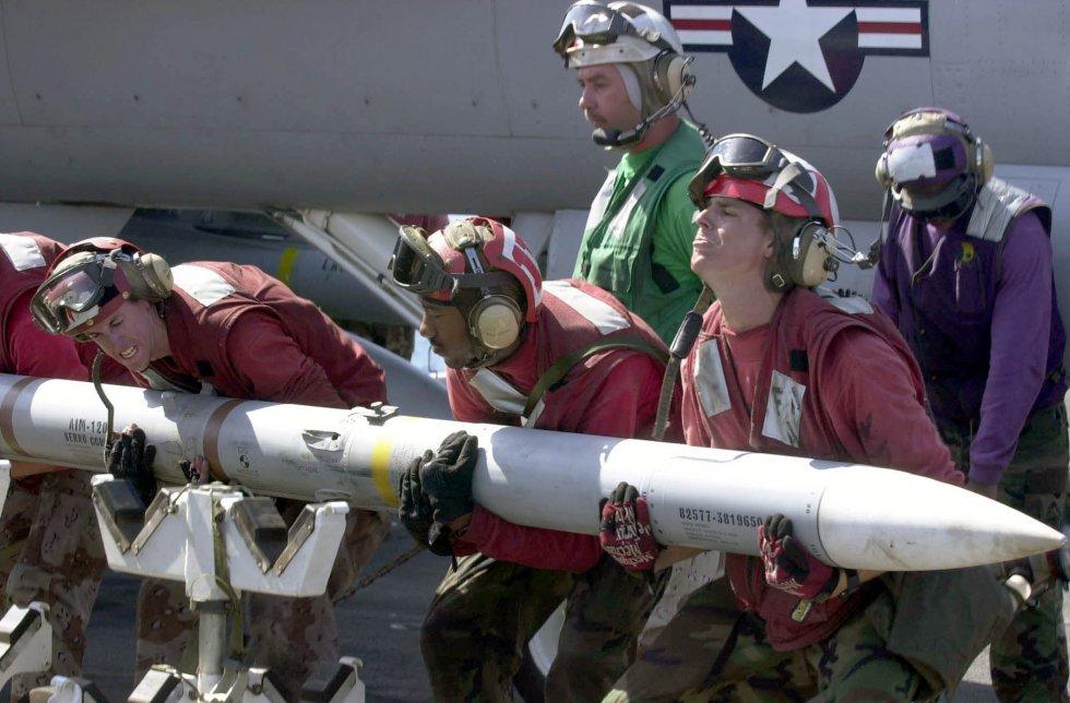 US_Navy_030418-N-2385R-011_Aviation_Ordnanceman_lift_an_AIM-120_Advanced_Medium-Range_Air-to-A...jpg