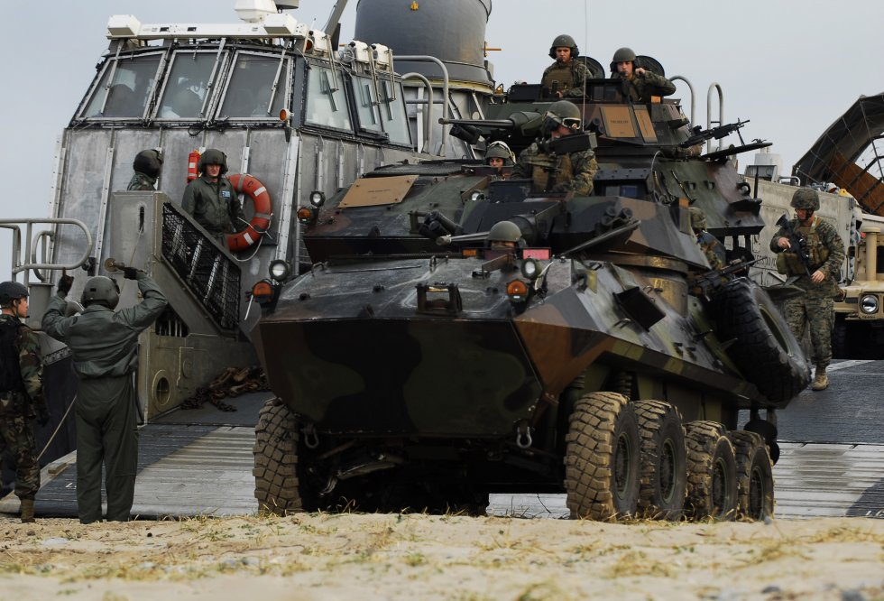 US_Navy_091104-N-0807W-159_Marines_assigned_to_the_31st_Marine_Expeditionary_Unit_(31st_MEU)_u...jpg