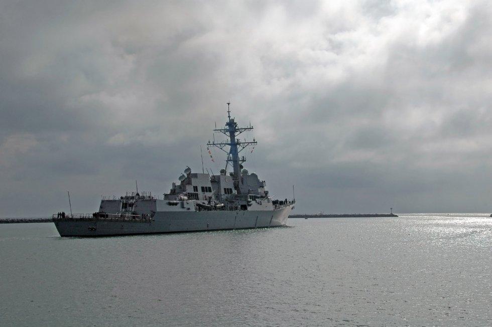 US_Navy_091112-N-8951S-006_USS_Sterett_(DDG_104)_departs_Anaheim_Bay.jpg