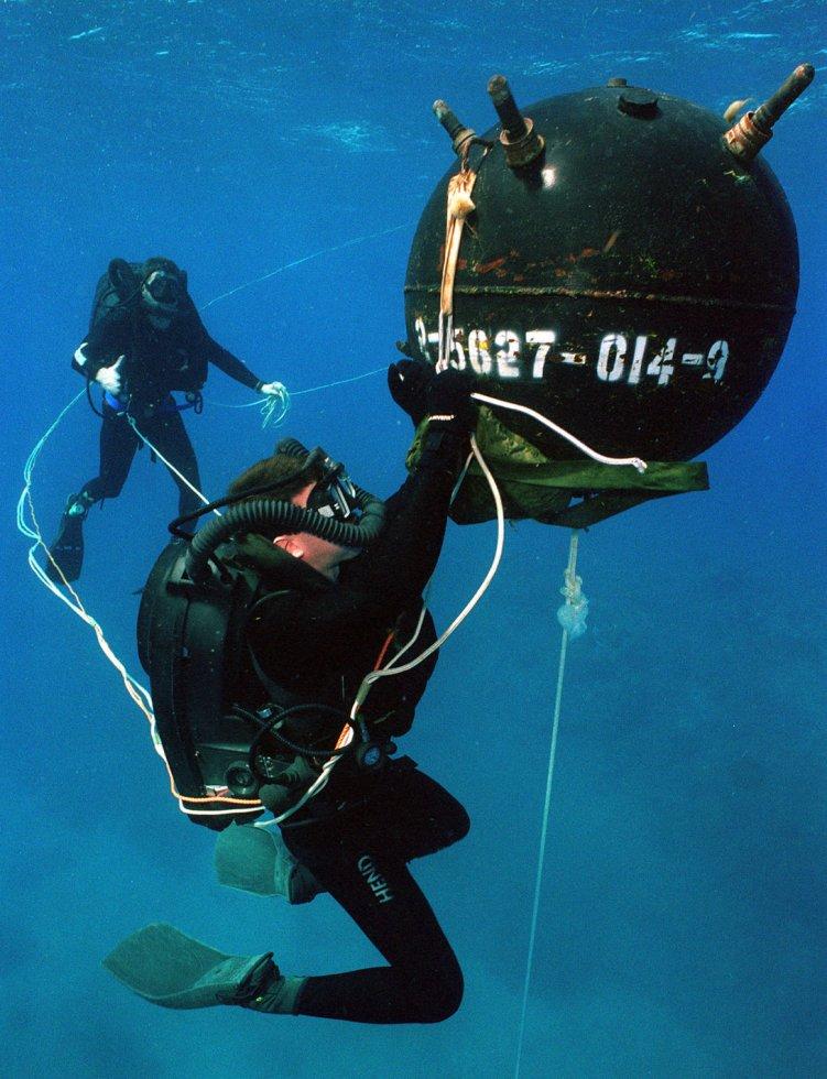 US_Navy_explosive_ordnance_disposal_(EOD)_divers.jpg